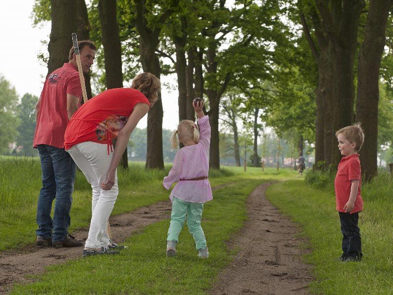Klootschieten gezin groepsaccommodatie Holten Overijssel
